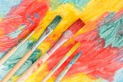 在抽象绘画的五把水彩刷子 库存照片