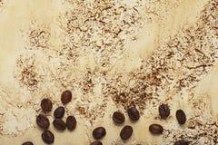 在抽象背景的咖啡豆 免版税库存照片