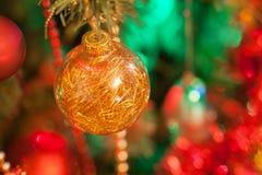 在抽象背景的圣诞节球 图库摄影