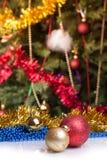 在抽象背景的圣诞节球 库存照片