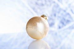 在抽象背景的圣诞节球 免版税库存照片