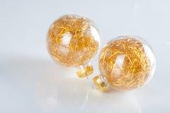 在抽象背景的圣诞节球 库存图片