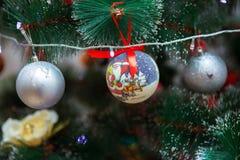 在抽象背景的圣诞节装饰 2007个球圣诞节年 库存照片