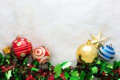 在抽象背景的圣诞节装饰 红色装饰品,金黄 库存照片