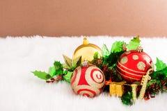 在抽象背景的圣诞节装饰 红色装饰品,金黄 免版税库存照片