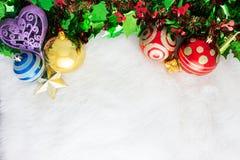 在抽象背景的圣诞节装饰 红色装饰品,金黄 库存图片