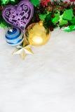 在抽象背景的圣诞节装饰 红色装饰品,金黄 图库摄影
