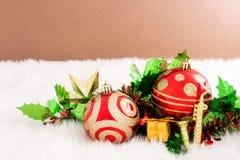 在抽象背景的圣诞节装饰 红色装饰品,金黄 免版税库存图片