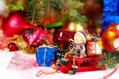 在抽象背景的圣诞节装饰 免版税库存照片