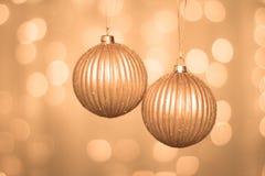 在抽象背景的圣诞节金黄球 免版税库存照片
