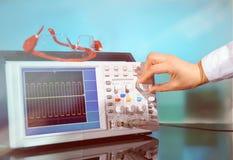 在抽象背景的现代电子示波器 库存图片