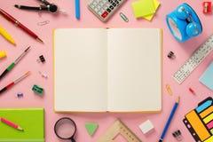 在抽象背景的笔记本和学校辅助部件 库存照片