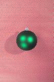 在抽象背景的绿色圣诞树球 免版税库存照片