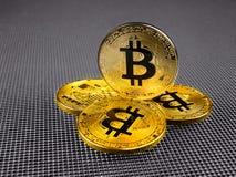 在抽象背景的金黄和银色bitcoin Bitcoin cryptocurrency 库存图片