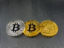 在抽象背景的金黄和银色bitcoin Bitcoin cryptocurrency 免版税库存图片