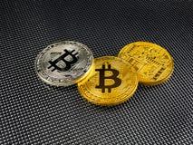 在抽象背景的金黄和银色bitcoin Bitcoin cryptocurrency 图库摄影