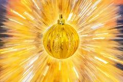 在抽象背景的金黄圣诞节球 库存照片