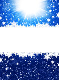 在抽象蓝色背景的雪花 免版税库存照片