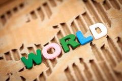 在抽象被撕毁的纸板的世界字词 免版税图库摄影