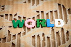 在抽象被撕毁的纸板的世界字词 免版税库存照片
