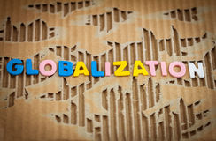在抽象被撕毁的纸板的全球化字词 免版税库存照片