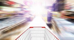 在抽象超级市场背景的空的手推车 免版税库存照片