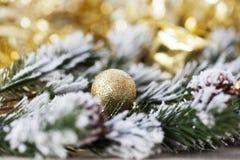在抽象金黄背景的圣诞节装饰 库存图片