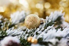 在抽象金黄背景的圣诞节装饰 免版税库存照片