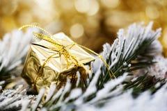 在抽象金黄背景的圣诞节装饰 免版税库存图片