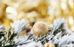 在抽象金黄背景的圣诞节装饰 库存照片