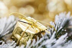 在抽象金黄背景的圣诞节装饰 免版税图库摄影