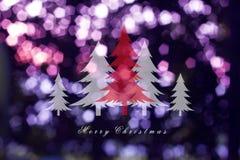在抽象轻的背景的圣诞树,圣诞卡 免版税库存照片