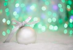 在抽象轻的背景,文本的地方的圣诞节球 库存照片