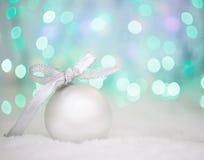 在抽象轻的背景,文本的地方的圣诞节球 免版税图库摄影