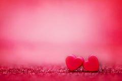 在抽象轻的闪烁背景的红色心脏形状在爱co 免版税库存照片
