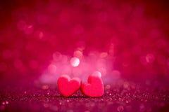 在抽象轻的闪烁背景的红色心脏形状在爱co 库存图片