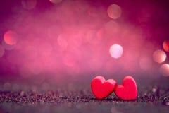 在抽象轻的闪烁背景的红色心脏形状在爱co 库存照片