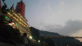 在拉克曼Jhula桥梁和甘加河瑞诗凯诗北阿坎德邦的晚上 影视素材