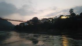 在拉克曼Jhula桥梁的晚上在瑞诗凯诗北阿坎德邦 股票录像