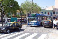 在拉博卡,布宜诺斯艾利斯,阿根廷的公共交通工具 免版税库存图片