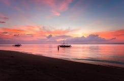 在拉卡翁岛海滩胜地,卡迪士,西内格罗省,Phlippines的日出 图库摄影
