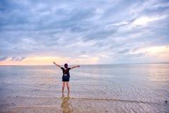 在拉卡翁岛海滩胜地,卡迪士,西内格罗省,Phlippines的日出 免版税库存图片