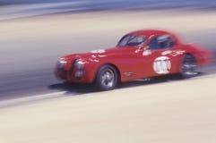 在拉古纳塞卡经典赛车的一辆红色汽车在Carmel,加利福尼亚 库存图片
