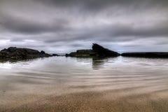 在拉古纳海滩加利福尼亚的暗藏的浪潮水池 免版税图库摄影