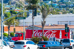 在拉古纳海滩百老汇的可口可乐卡车 图库摄影