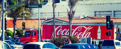 在拉古纳海滩百老汇的可口可乐卡车 免版税图库摄影