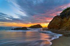 在拉古纳海滩的五颜六色的日落 免版税库存图片