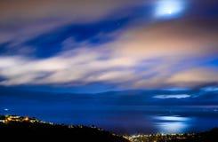 在拉古纳海滩的蓝色小时月出 库存图片