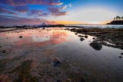 在拉古纳海滩,加利福尼亚的反射性浪潮水池 免版税库存照片