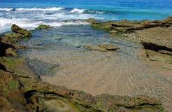 在拉古纳海滩,加利福尼亚的岩石浪潮水池场面 免版税图库摄影